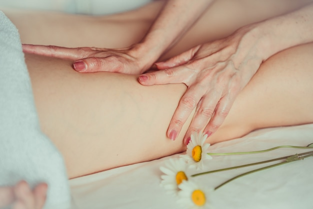 Femme ayant un massage des pieds de sport.