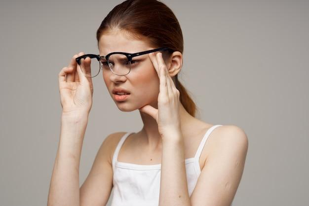 Femme ayant une mauvaise vue, problèmes de santé, astigmatisme, myopie. photo de haute qualité