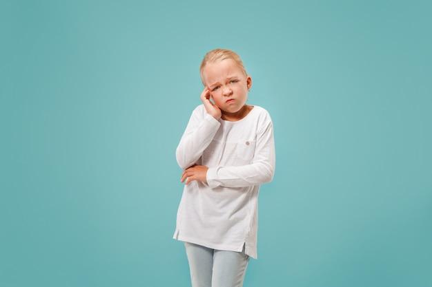 Femme ayant des maux de tête. isolé sur bleu