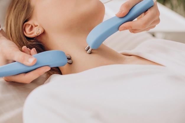 Femme ayant des procédures de traitement de beauté dans un salon