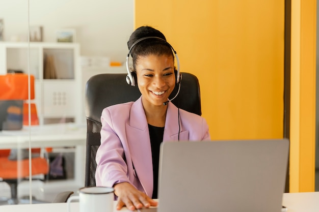 Femme ayant une réunion en ligne pour le travail