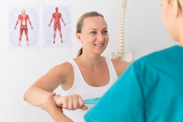 Femme ayant une séance de physiothérapie