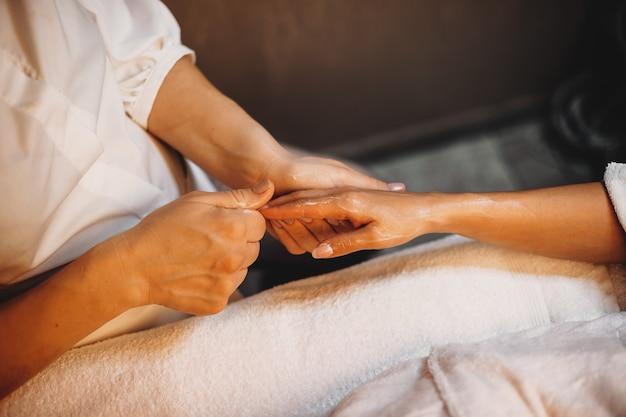 Femme ayant une séance de spa pour ses doigts de la main