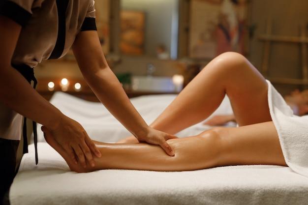 Une femme ayant ses jambes massées