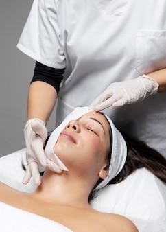 Femme ayant un soin du visage au salon de beauté