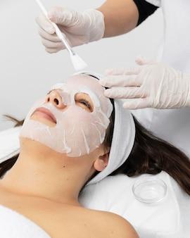 Femme ayant un traitement de soin du visage