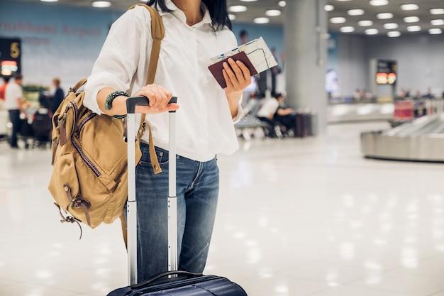Femme, backpacker, tenue, passeport, et, carte, à, valise, debout, à, enregistrement, dans, bagages