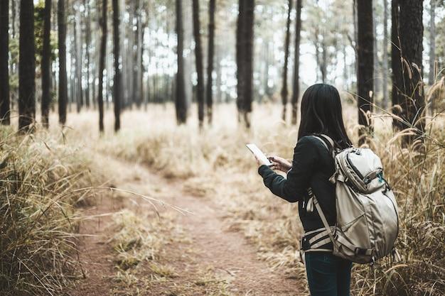Femme de backpacker de voyage