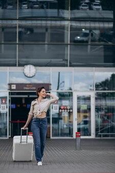 Femme avec bagages à l'aéroport