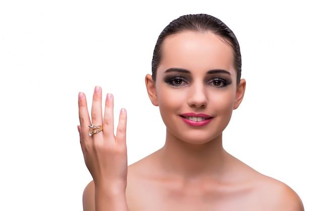 Femme avec bague de fiançailles isolé sur blanc