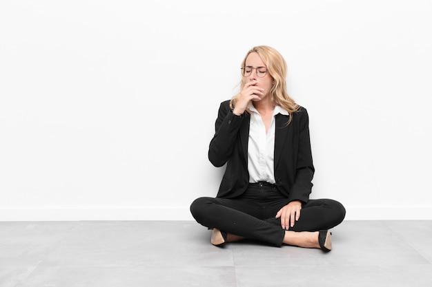 Femme bâillant paresseusement tôt le matin, se réveillant et ayant l'air endormi, fatigué et ennuyé
