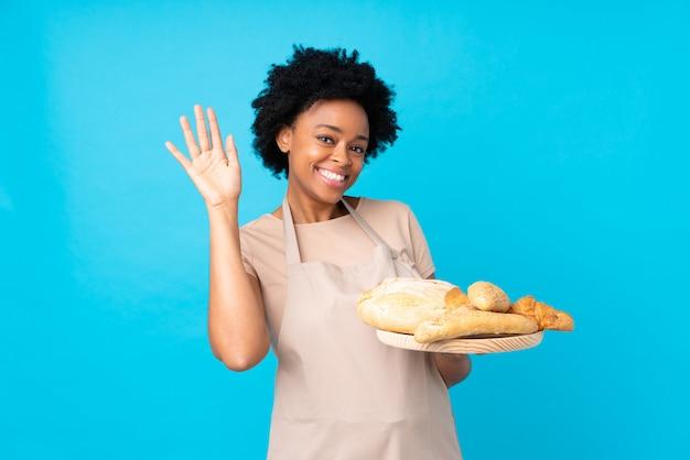 Femme baker sur mur bleu