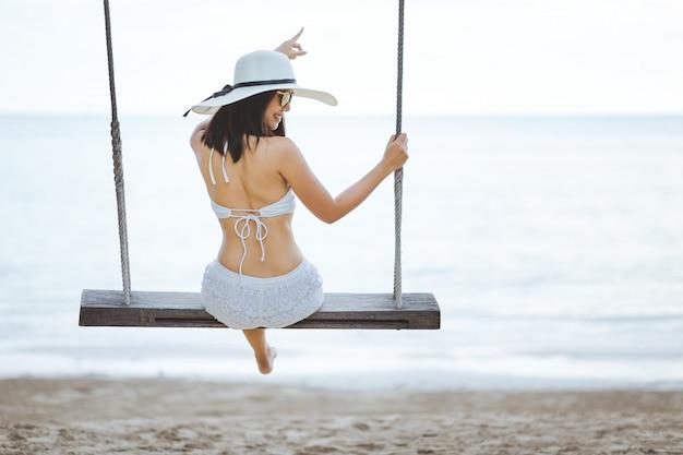 Femme, balançoire, plage