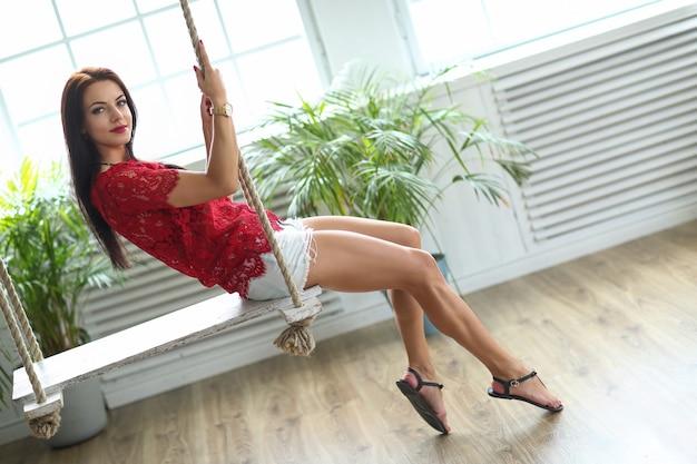 Femme sur la balançoire