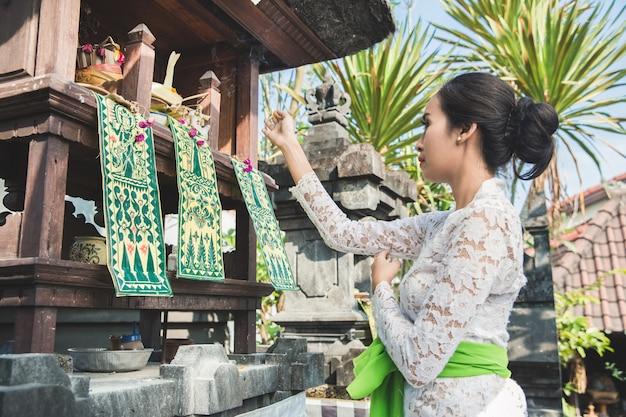 Femme balinaise, faire, rituel, offrir, canang, sari, et, prier
