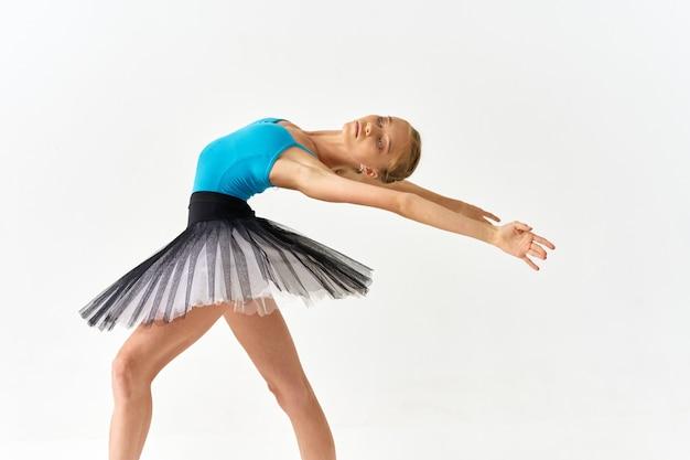 Femme ballerine danse performance mouvement studio fond isolé