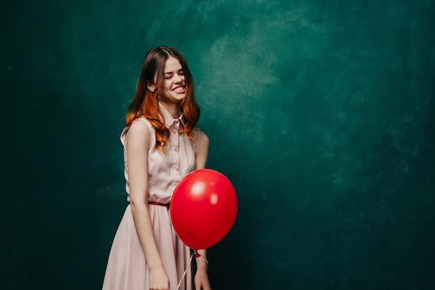 Femme avec un ballon dans ses mains