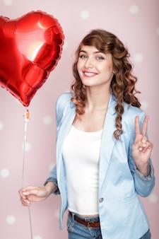 Femme avec des ballons à air en forme de coeur