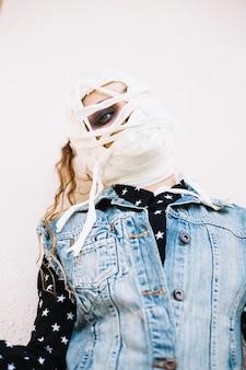 Femme avec bandage sur le visage