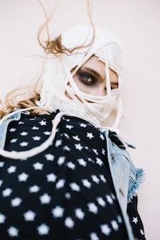 Femme avec des bandages lâches sur la tête