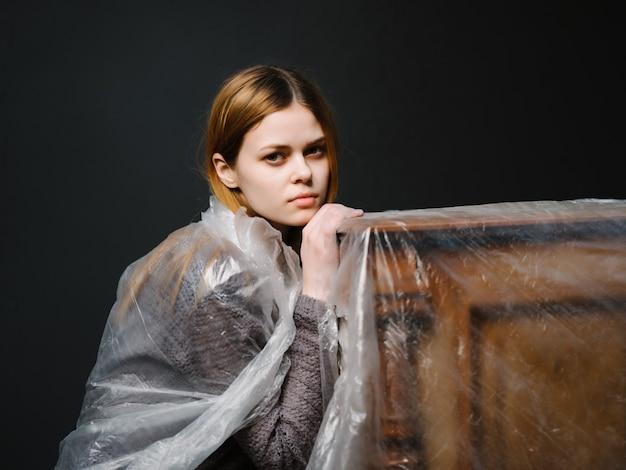 Femme en bande près du fond sombre de l'instrument de musique de mode piano