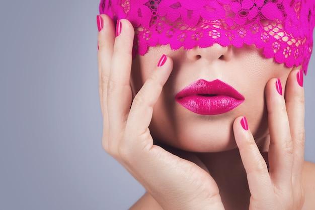 Femme avec un bandeau rose sur le visage