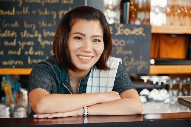 Femme barman
