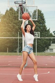 Femme, basket, cour de récréation