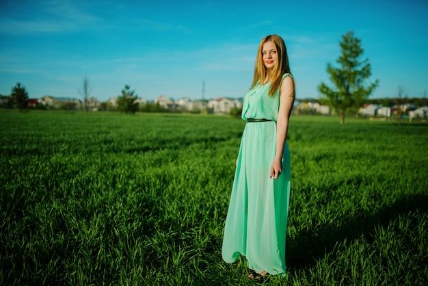 Femme, beau, long, turquoise, robe, poser, prairie