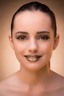 Femme avec beau maquillage sur fond