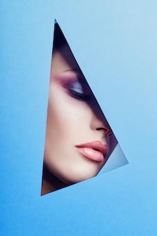 Femme avec un beau maquillage lumineux