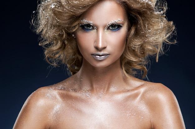 Femme avec beau maquillage