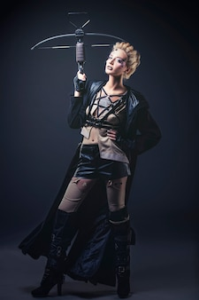 Femme beau modèle avec art corporel sur le visage de vêtements inhabituels et à la mode