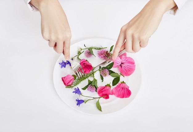 Femme, beau, printemps, fleurs, dans, plaque, mains
