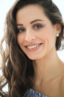 Femme avec beau sourire