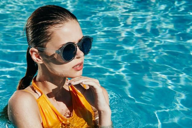 Femme avec un beau visage dans la piscine