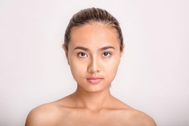 Femme avec beau visage sur fond blanc