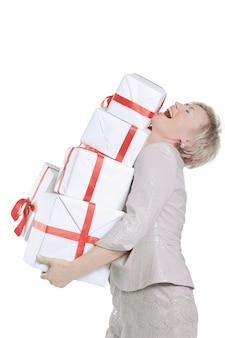Femme avec beaucoup de coffrets cadeaux.