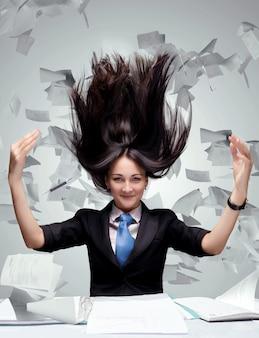 Femme avec beaucoup de papiers volant