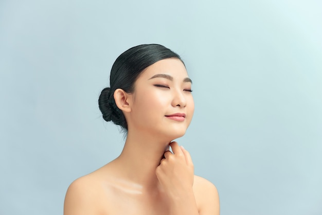 Femme de beauté asiatique avec maquillage naturel, concept de chirurgie esthétique et plastique,