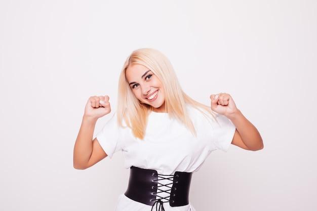 Femme de beauté blonde avec le geste de la victoire