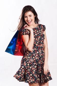 Femme de beauté avec des sacs