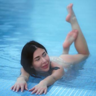 Femme de beauté se baignant dans la piscine avec de l'eau thermale dans un spa de balnéothérapie, des stations thermales