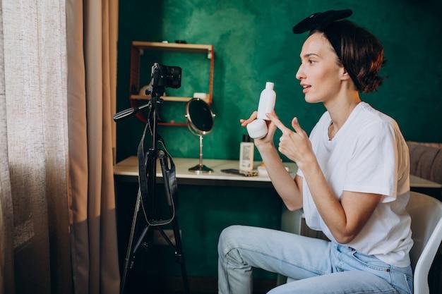Femme beauté vlogger filmant vlog à propos de crèmes