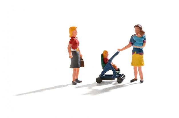 Femme avec des bébés jumeaux s'arrêtant pour discuter