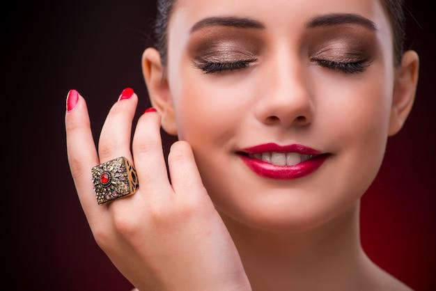 Femme avec une belle bague dans le concept de beauté