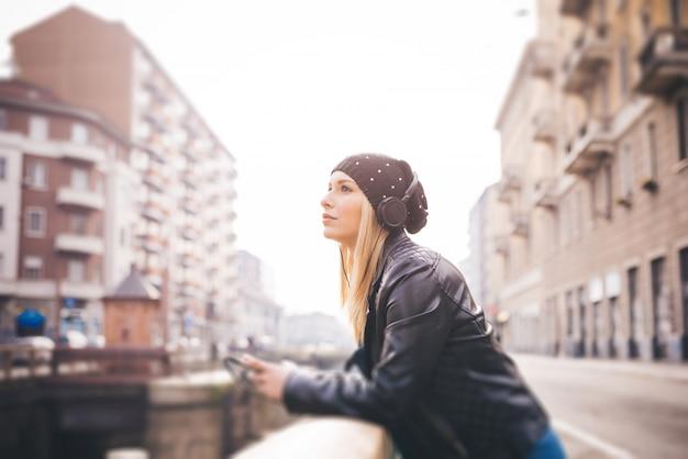 Femme belle jeune blonde cheveux raides