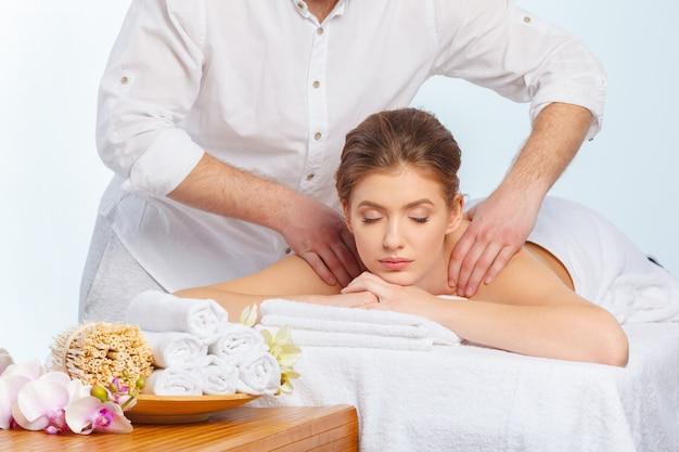 Femme belle, jeune et en bonne santé dans le salon spa. traitement de massage