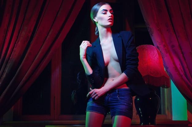 Femme belle mode debout près de la table