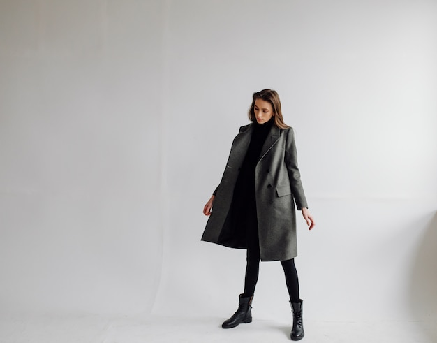 Femme belle mode posant avec un costume élégant